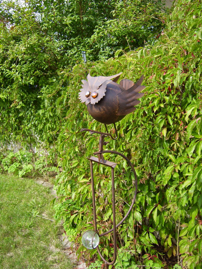 Windspiel wippe dicke eule berta aus metall vogel for Gartendeko metall vogel