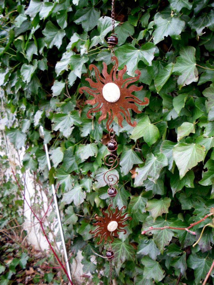 H nger sonne aus metall mit glasmurmeln und glocke rost for Metall sonne gartendeko
