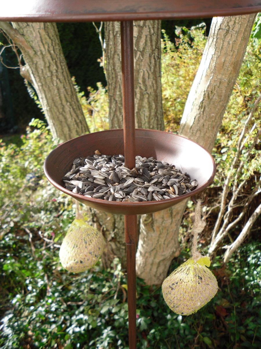 gartenstecker futterstation f r v gel mit rabe kurt winter vogel meisenkn del. Black Bedroom Furniture Sets. Home Design Ideas
